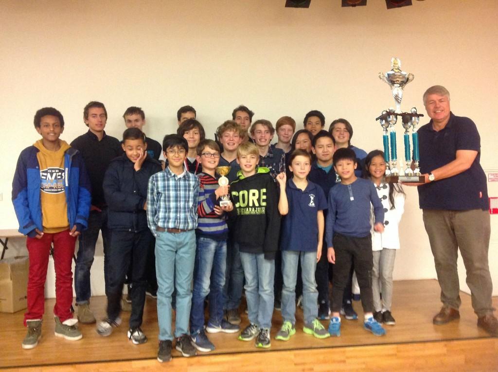 Groepsfoto Huttonwinnaars 2015 met de trofee!