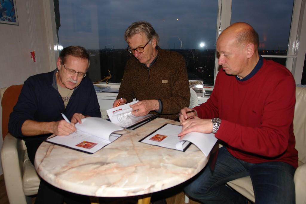 """Ton Slagboom, Hans Berrevoets en Jerry van Rekom tekenen voor de overdracht van """"De Leeuw"""""""