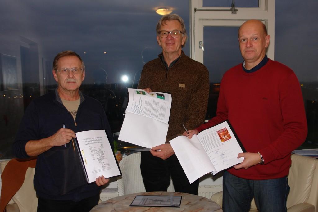 """V.l.n.r.:Ton Slagboom, Hans Berrevoets en Jerry van Rekom tonen trots de overdrachtsakten van """"De Leeuw"""""""