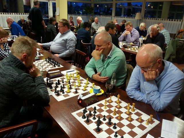 Een sfeervolle ambiance bij schaakvereniging Erasmus