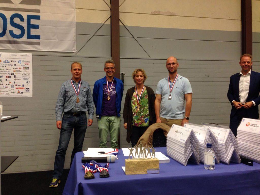 Het bronzen viertal met v.l.n.r. Hans Uitenbroek, Mark Vermeer, Jessica Derksen-Harmsen en Lendert van den Ouden