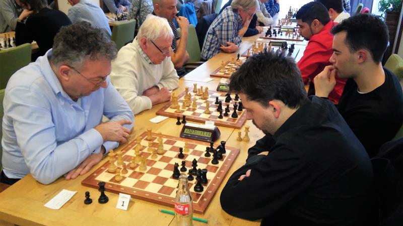 De laatste ronde, rechts winnaar FM Ivo Wantola