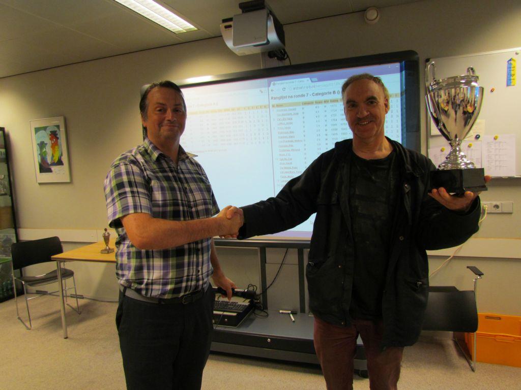 Voorzitter Ayala (links) reikt de beker uit aan PK winnaar Gert Timmerman