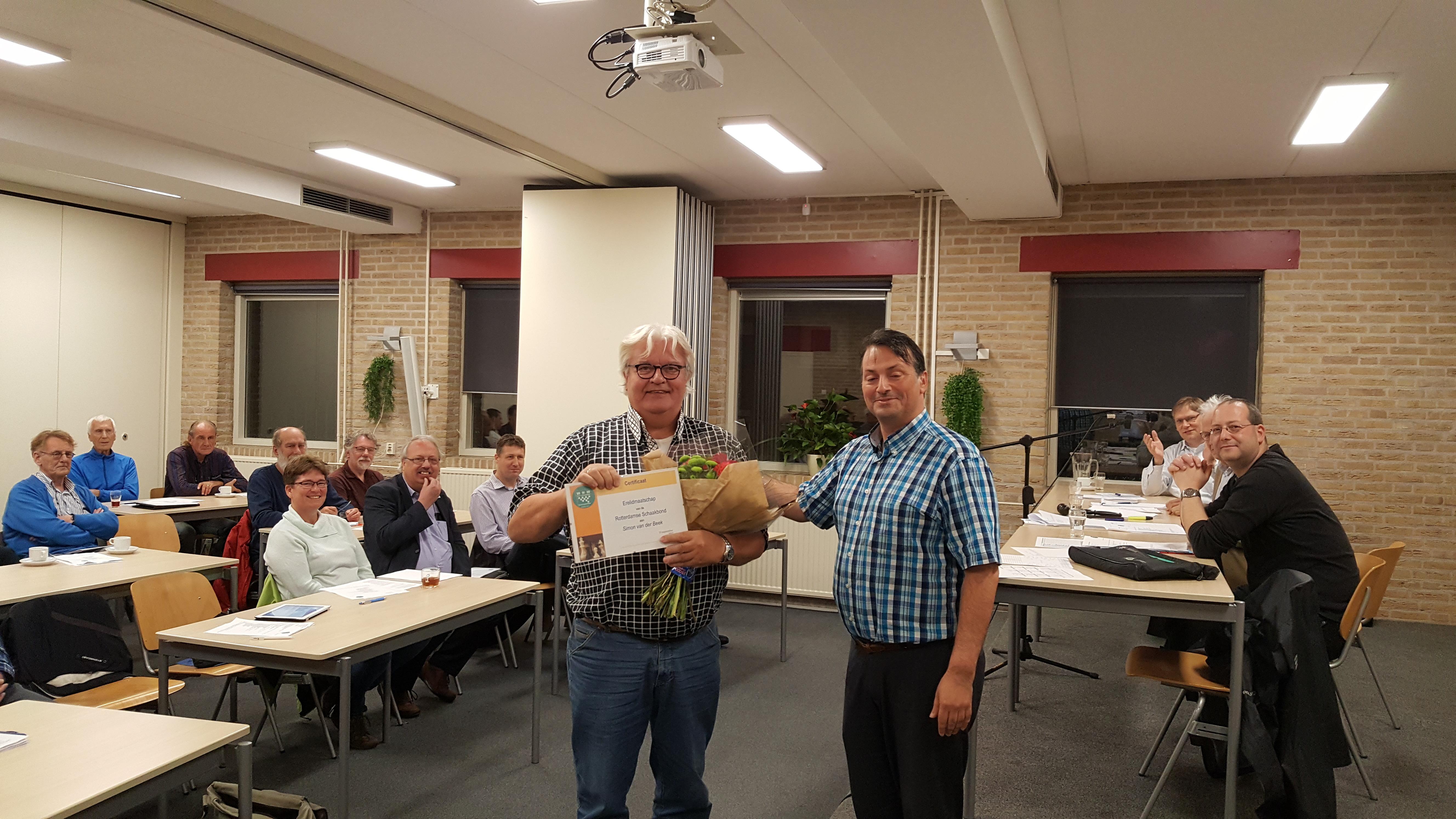 Simon van der Beek krijgt de oorkonde behorend bij het erelidmaatschap van de RSB uitgereikt door voorzitter Angelo Ayala